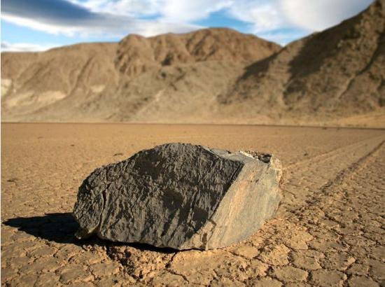 月滑行的巨石
