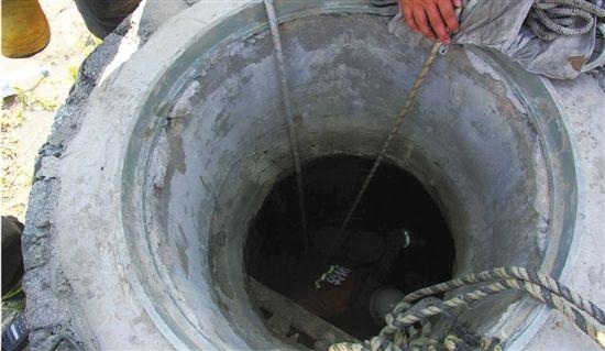 1名消防员靠着两根绳索从有毒气的井中救出3人