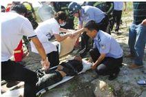 医护人员赶快对被困者进行抢救。