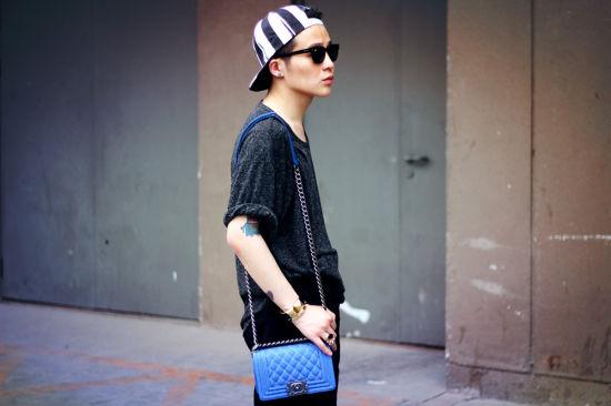 蓝色链条包和条纹帽是亮点