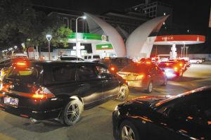 昨天晚上,在环城西路白云加油站,前来加油的车辆排队排到了旁边马路上。 记者 龚国荣