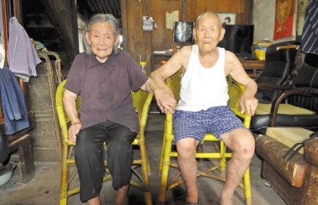 两位老人合影。 记者 徐文杰 摄