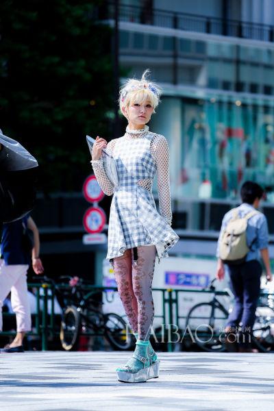 组图:樱花妹街头凹造型眼花缭乱奇搭彩袜