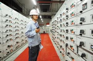 技术人员正在巡视送电后的电器设备运行情况。记者 龚国荣 摄