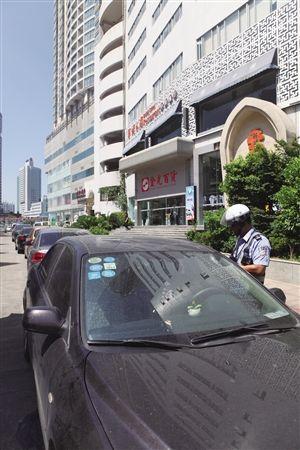 违停车辆停了一排,交警在逐一抄告