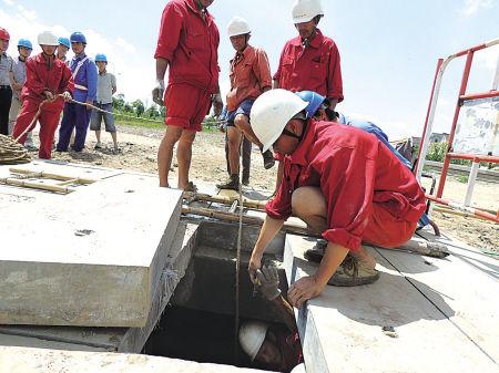 电力人员在电缆井铺设电缆