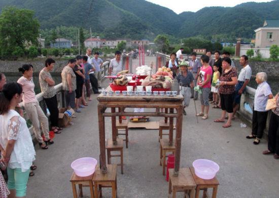 村民祈祷丰收