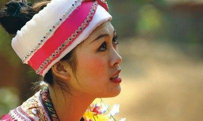 拉祜的传统服饰非常华丽