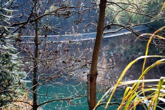 吊桥选在湖水之上