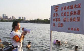 游泳爱好者当起劝导志愿者