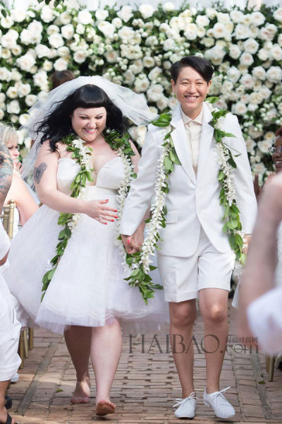 组图:贝丝·迪托穿高缇耶婚纱与同性女友完婚
