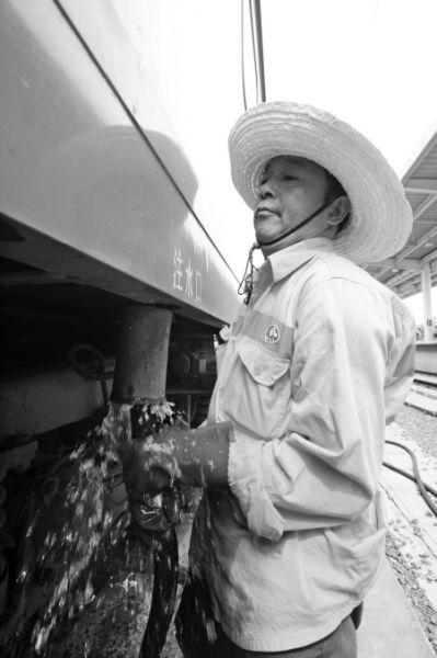 东站工作人员在送水。