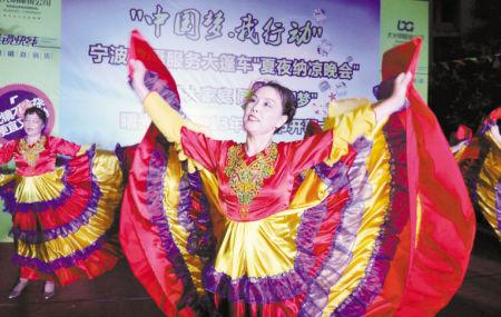 志愿者团队在表演舞蹈。记者 徐文杰 摄