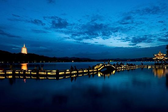 黑夜关照的西湖