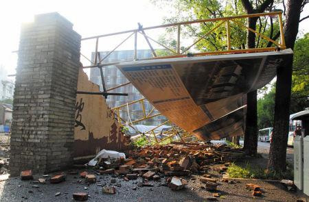 雷雨大风中 坍塌的砖墙夺去了女孩生命。记者 许天长