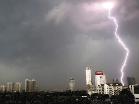 29日下午,宁波上空雷电轰鸣。 记者 刘波 摄