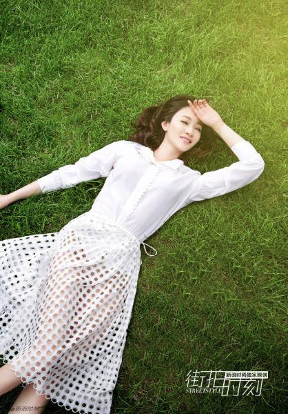 白色衬衫搭配镂空的中裙