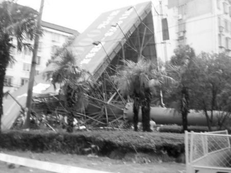 鄞州区麦德龙路和兴宋路交叉口西北角一个巨型广告牌在风雨中轰然倒塌。