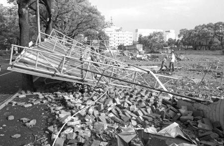 29日下午,海曙永丰西路一工地工程告示牌倒塌,致一名路过的女孩丧生。 记者 王鹏 摄