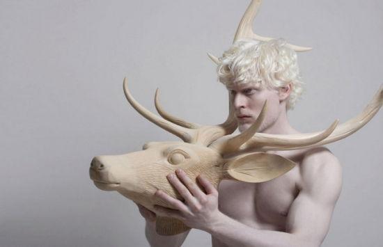 这位患白化病的男模用他蓝色泛灰的眼睛和苍白的脸为时装界带来一种另类的美