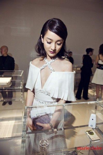 简洁的钻石耳环点缀,呈现出完美的女神风范,举手投足都透着优雅的气质