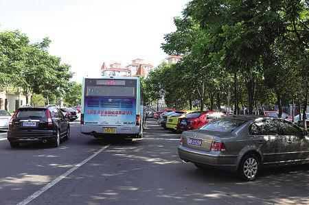 站点被违停车全部占满,公交车无法进站,只能在马路中间下客。