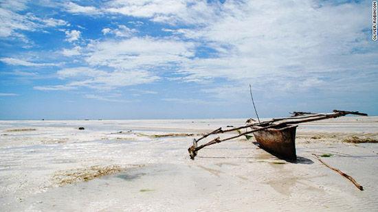 桑给巴尔岛上孤独的渔船