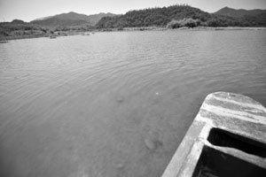 东钱湖中船搁浅 姚江边上现沙滩