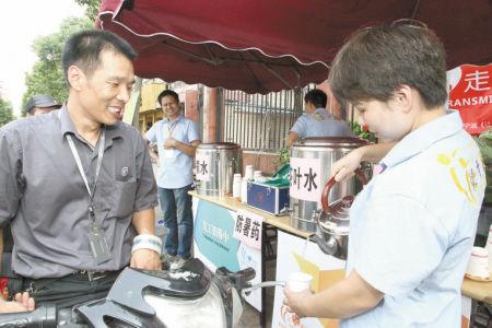 高温下免费市民免费送凉茶。