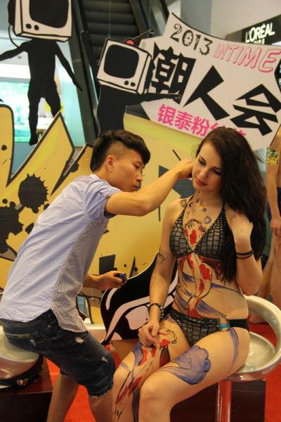 正在人体涂鸦的彩绘师