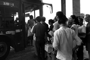 首个工作日甬慈公交乘客爆满 将加密班次