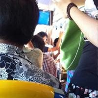 公交车内拥挤不堪