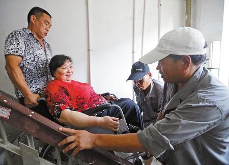 居民手术后出行难 志愿者上门送温暖