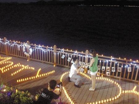 东钱湖湖畔上演了一场浪漫七夕求婚。