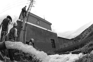 浙江慈溪市电力工作人员在为农田抽水设备搭建安全的供电线路