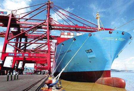 """昨天上午,""""美杰马士基""""轮停泊在宁波港穿山码头。 (胡建华 金旭孟 龚林浩 摄)"""