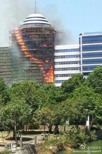 北仑区公安局政法大楼脚手架起火楼体受损(网友 水蓝泡沫 摄)