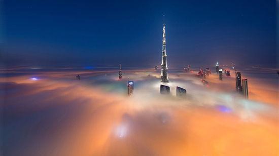 世界上最高的建筑哈里发塔(高828米)。拍摄地点:指标大厦(Index Tower)79层