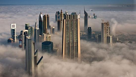 在迪拜塔101层向北眺望,指标大厦、迪拜世界贸易中心和众多摩天大楼直插云霄