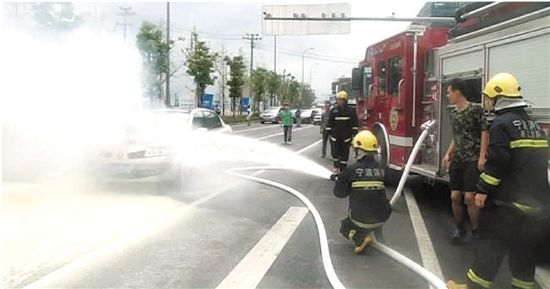 轿车自燃 路过的公交车司机伸援手