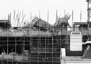 慈溪一处工地4楼顶层楼板坍塌致6人受伤。
