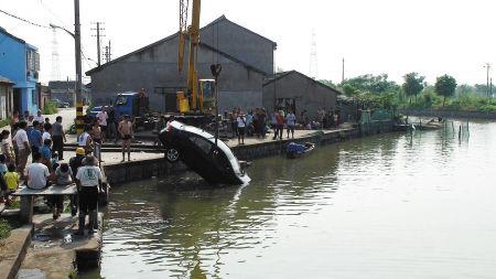 昨天上午,在水里泡了一夜的车子被打捞上岸。