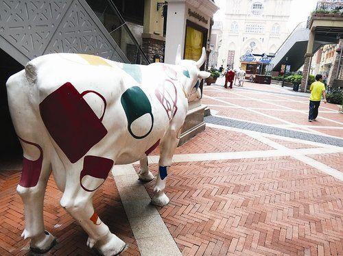 牛雕塑频遭断尾
