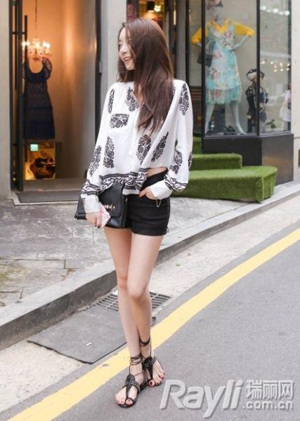 印花衬衫搭配黑色短裤。