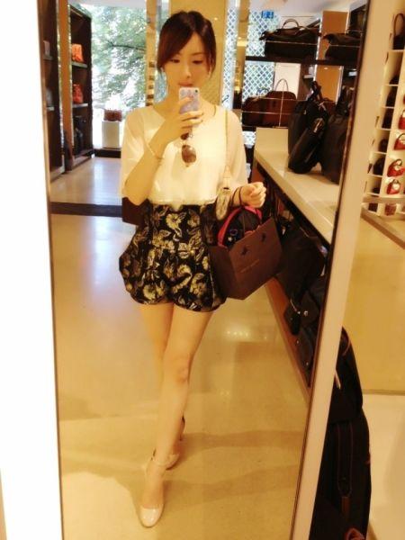 白色雪纺衫配高腰印花裙裤