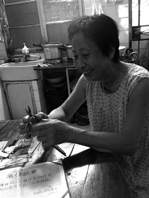 就是用这把剪刀,陈伟丽为社区老人服务了12年