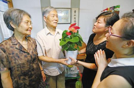 江东张斌社区给退休老师送教师节贺礼