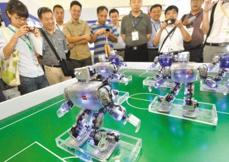 机器人正在表演舞蹈《江南style》。 记者 王增芳 摄