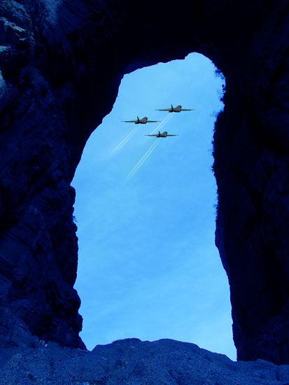 天门山洞飞行表演