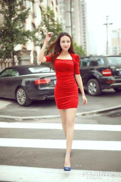 红色裙子配蓝色鞋子